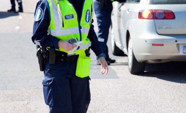 Liikennepoliisien mukaan sakkorajan alentaminen voisi vaikuttaa niin, että suuret ylinopeudet jäisivät valvomatta ja samalla sakkojen määrä voisi laskea.