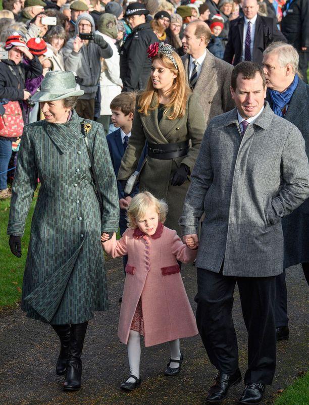 Paikalliset olivat saapuneet seuraamaan kuninkaallisten joulukirkkoa.
