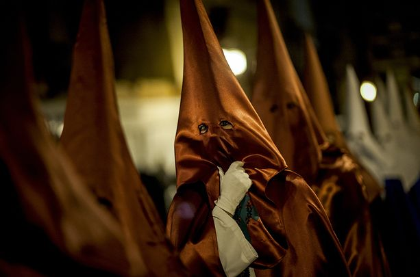 """Suomalaiselle pyhistä kulkueista tulee väistämättä mieleen Ku Klux Klan. Todellisuudessa naamioidut kulkijat esittävät """"nasaretilaista""""."""