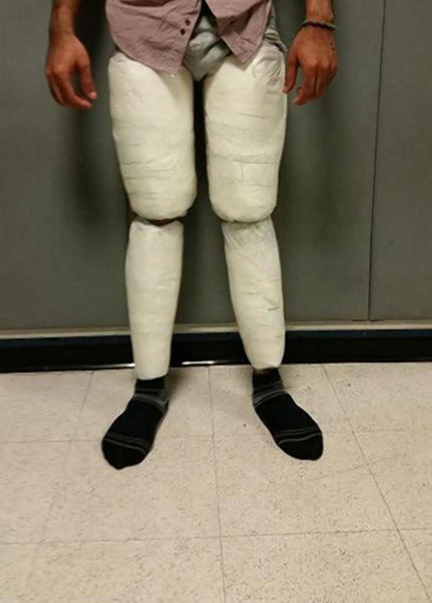 Yhdysvaltain rajavartiolaitos julkaisi kuvan herra Juan Carlos Galan Luperonin jalkoihinsa kiinnitämästä kokaiinilastista.
