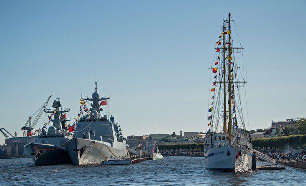 Kuva Pietarin laivastoparaatista viime viikonlopulta. Nämä kaksi laivaa ovat tällä viikolla Suomessa.