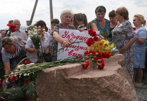 Graboven muistomerkille tullut nainen syytti koneen putoamisesta Ukrainaa.