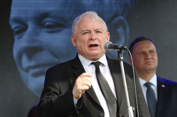 Palkkojen laskemista ehdotti Jaroslaw Kaczynski.