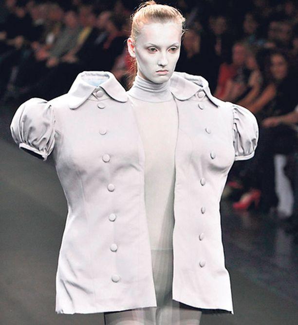 Päätöntä muotia Latvialaisen Liga Eangan persoonallinen vaatekappale esiteltiin venäläisessä muotinäytöksessä, mutta mallin happamasta ilmeestä päätellen omituisen takin kanssa lavalla keikistely ei ollut mitään herkkua.