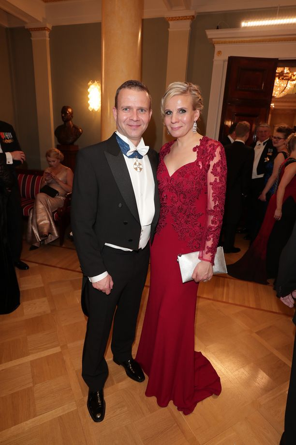 Valtiovarainministeri Petteri Orpo ja vaimo Niina kertoivat viihtyvänsä hyvin Linnan juhlissa.