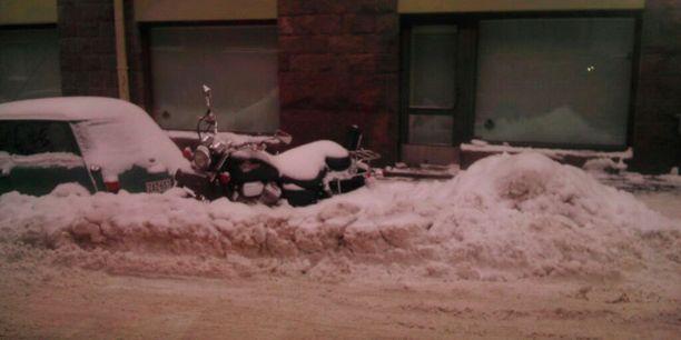 Talvi yllätti moottoripyöräilijän.