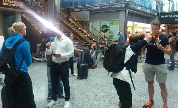 Wilma Murron (vas.) ja Samuel Purolan (oik.) kommentit kiinnostivat lentokentällä.