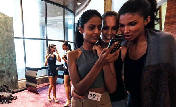 Valokuvamalleja odottamassa vuoroaan Intian Mumbaissa.