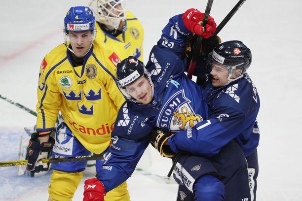 Mikko Lehtonen on vienyt Suomen 1–0-johtoon ja saa onnitteluja Juho Lammikolta (oik.).