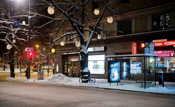 Nelikymppinen perheenäiti odotti bussia Hämeenkadun päässä, mistä poliisipartio löysi hänet.