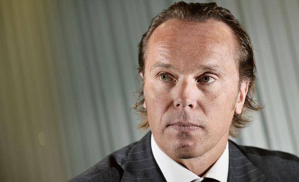 SM-liigan toimitusjohtaja Kimmo Rannisto käski muita seuroja jättämään Bluesin rauhaan. Käsky ei tehonnut.