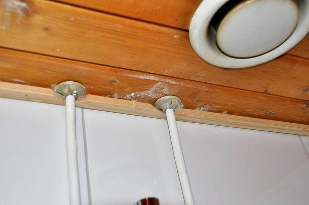 Kylpyhuoneen kattoon ilmestyi kesällä useita valkoisia läikkiä.