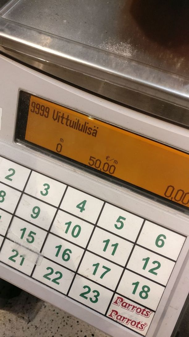 K-Citymarket Ruoholahden vaaka tarjosi erikoista tekstiä, kun Mari Aalto oli punnitsemassa suklaata.