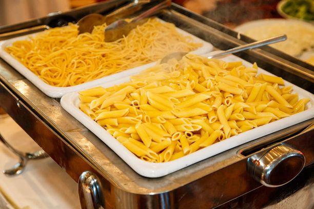 Putkimaiset rigatonit voi painella kakkuvuokaan piirakan pohjaksi, spagetin tähteet toimivat wokkiruoissa.