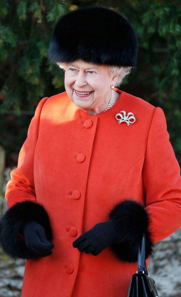 Jopa kuningatar Elisabet jaksoi edustaa hymyssä suin.