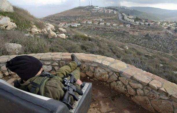 Israelilaissotilas vartioi Elon Moreahin siirtokuntaa Länsirannalla, lähellä Nablusia.