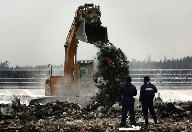Poliisi kävi Ämmässuon jätekasoja läpi useita päiviä.