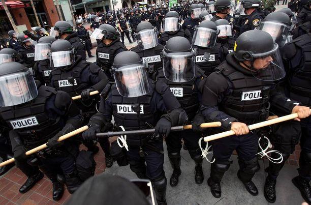 Poliisi pamppuineen valmiusasemissa.