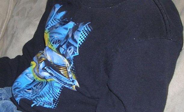 Europol kaipaa tietoja kuvassa näkyvästä paidasta. Tunnistatko?