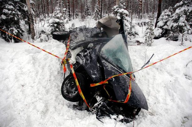 Henkilöauton kuljettaja kuoli vuosi sitten törmättyään rekan keulaan Oulussa.