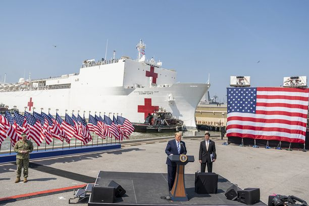 Yhdysvaltain laivaston sairaala-alus saapui auttamaan koronaviruspotilaita New Yorkiin maanantaina.