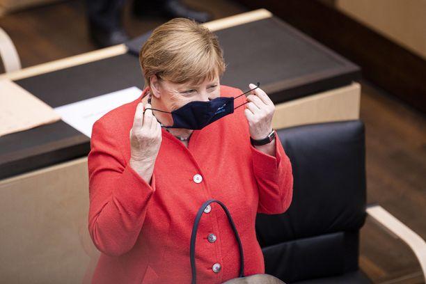 Liittokansleri Angela Merkel antoi tyylinäytteen kasvomaskin oikeaoppisesta käytöstä.