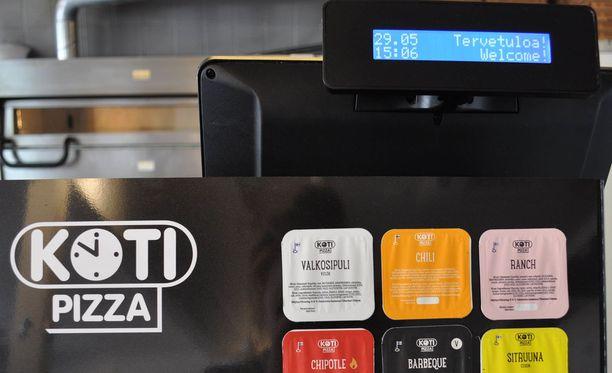 Asiakkailta on tullut huomautuksia siitä, että Maarianhaminan Kotipizzan kuitit ovat suomeksi. Yrittäjät ovat selittäneet asiakkaille, että syynä on siihen ketjupizzerian suomenkielinen kassakone.