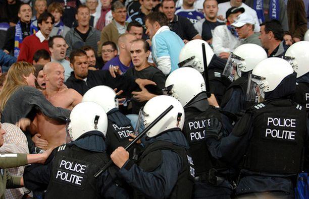Belgian mellakkapoliisi puuttui yleisön kahakoihin Anderlechtissä.