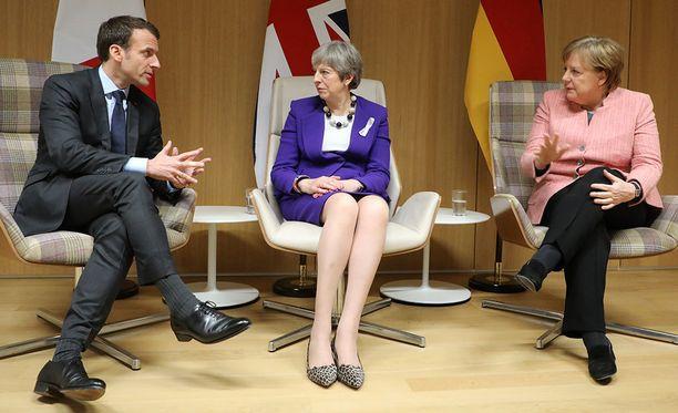 Ranskan Emmanuel Macron, Iso-Britannian Theresa May ja Saksan Angela Merkel ovat vastustavat eurooppalaisiin yrityksiin kohdistuvia Iran-pakotteita.