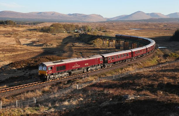 The Royal Scotsman puksuttaa Skotlannin maiseman halki.