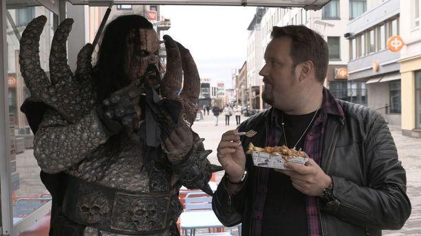 Mr. Lordi esittelee Rovaniemeä stand up -koomikko Sami Hedbergille.