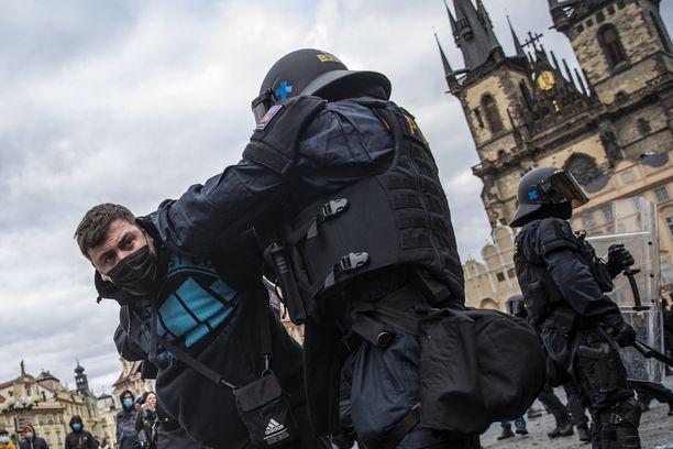 Poliisi pidätti mielenosoittajan Prahassa sunnuntaina.