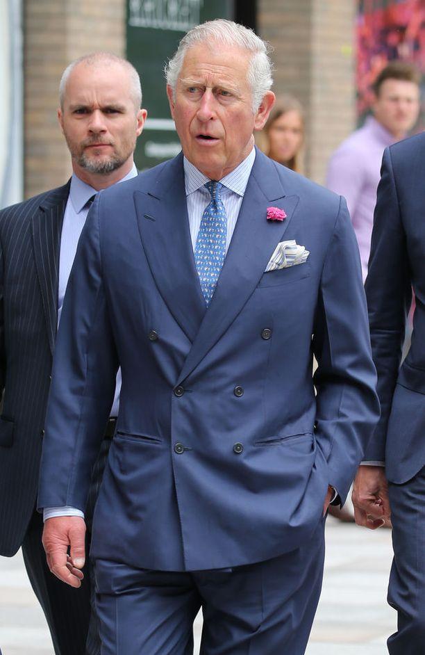Häiden kutsukortissa kutsujana on sulhasen isä, prinssi Charles. Hän myös saattelee morsiamen alttarille.