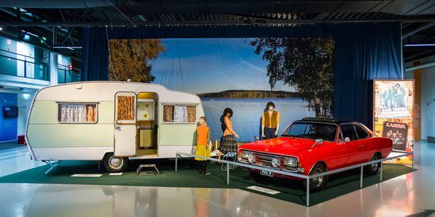 Opel Rekord Coupe 1900L ´71 on vienyt perheen ja Sprite Musketeer matkailuvaunun järvenrannalle