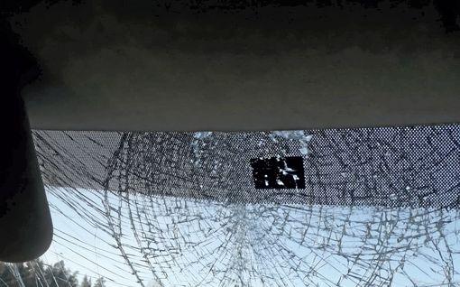 Perävaunun katolta irronnut jäälohkare iskeytyi Tuukan pakettiauton tuulilasiin – nyt hän muistuttaa lumen putsaamisen tärkeydestä