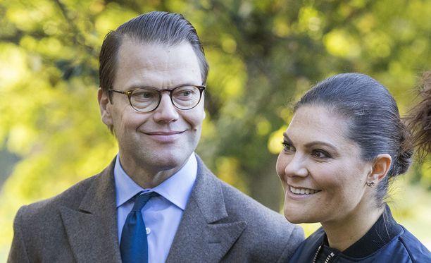 Prinssi Daniel ja kruununprinsessa Victoria saavat aina väen liikkeelle.
