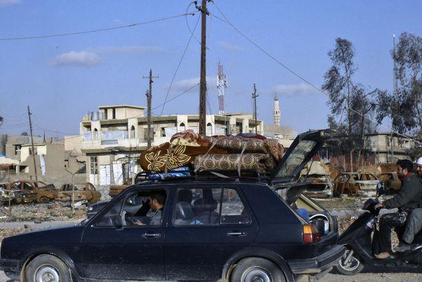 Asukkaat tulevat takaisin kaupunkiin tuoden sen verran tavaraa kuin kulloiseenkin kulkuneuvoon mahtuu.