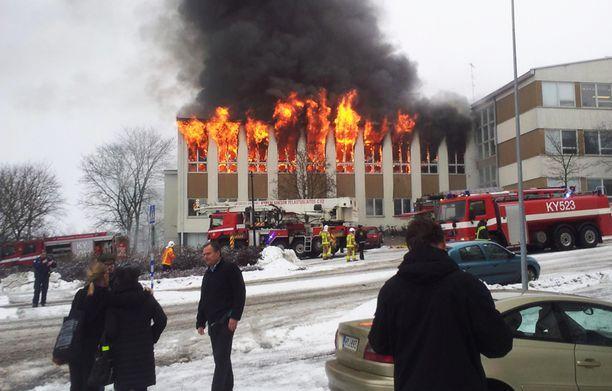 Kouvolan yhteiskoululla syttyi raju tulipalo kesken koulupäivän 11. helmikuuta.