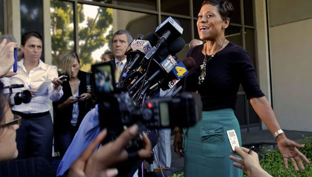 Lindsay Lohanin asianajaja jäi lehdistön ristituleen oikeustalon edessä.