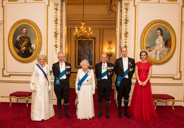 Kuvassa vasemmalta oikealle, herttuatar Camilla ja prinssi Charles, kuningatar Elisabet II ja prinssi Philip ja prinssi William ja herttuatar Catherine.