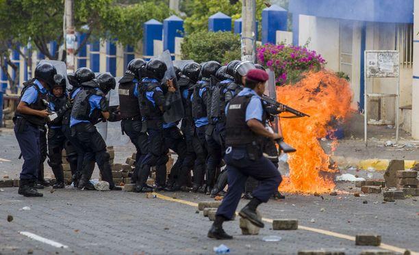 25 ihmistä on kuollut poliisin ja mielenosoittajien välisissä yhteenotoissa Nicaraguassa tällä viikolla. Kuva otettu pääkaupunki Managuassa perjantaina.