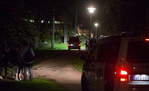Poliisi haravoi aluetta useiden partioiden voimin.