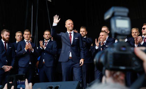 Islantilaislegenda Eidur Gudjohnsen kiitti paikalle saapuneita.