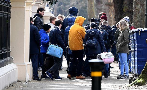 Tapaus johti diplomaattien karkotuksiin. Tässä Venäjän lähetystön työntekijöitä perheineen poistumassa Lontoon suurlähetystöstä.