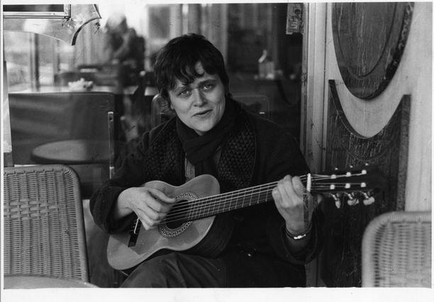 – Kuva on pariisilaisesta kahvilasta, olen juuri ostanut itselleni kitaran ja päättänyt opetella soittamaan sitä. Pariin kitaratuntiin se jäi, ja muutamaan sointuun, Pirkko Saisio kertoo kuvasta, jonka on ottanut hänen puolisonsa Pirjo Honkasalo.