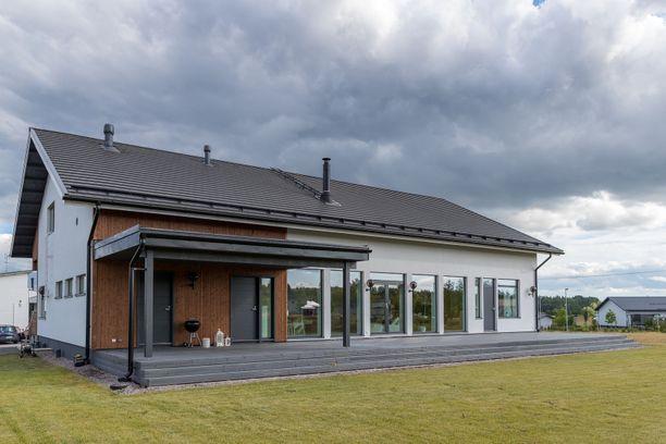 Tässä skandinaavisessa talossa ei tilanpuutetta helposti synny. Yli 200 neliöstä riittää tilaa vaikka isommalle perheelle.