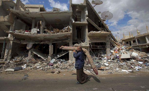 Palmyra on vuoden aikana kärsinyt suurista tuhoista. Syrian Observatory for Human Rights -järjestön mukaan Syyrian hallituksen joukot ja äärijärjestö Isis taistelevat sen laitamilla tällä hetkellä. Kuva on huhtikuulta.