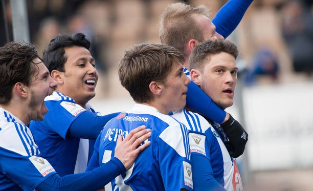 Roni Peiponen (keskellä) juhlii voittoa.