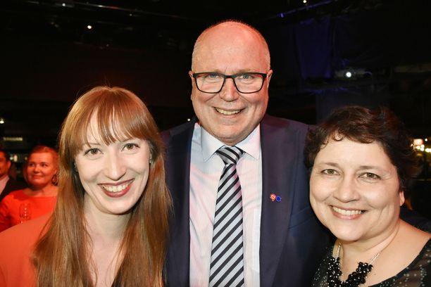 Eero Heinäluoma juhli huikeaa tulostaan puolisonsa Ayla Shakirin ja tyttärensä Eveliinan kanssa.