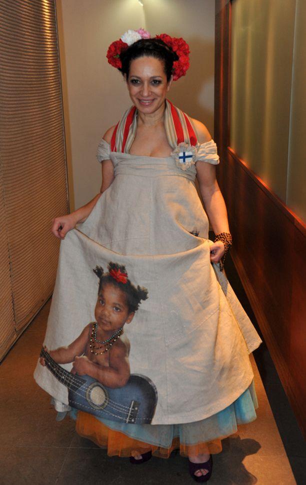 Umayya Abu-Hannan puku kuului taatusti illan kummallisimpiin. Outo telttamainen kaapu ja hiuskoristeet saivat naisen näyttämään joulukuuselta. Umayaan puvun helmaa koristi hänen oman lapsensa kuva; idea oli sympaattinen, vain sen toteutus meni metsään.